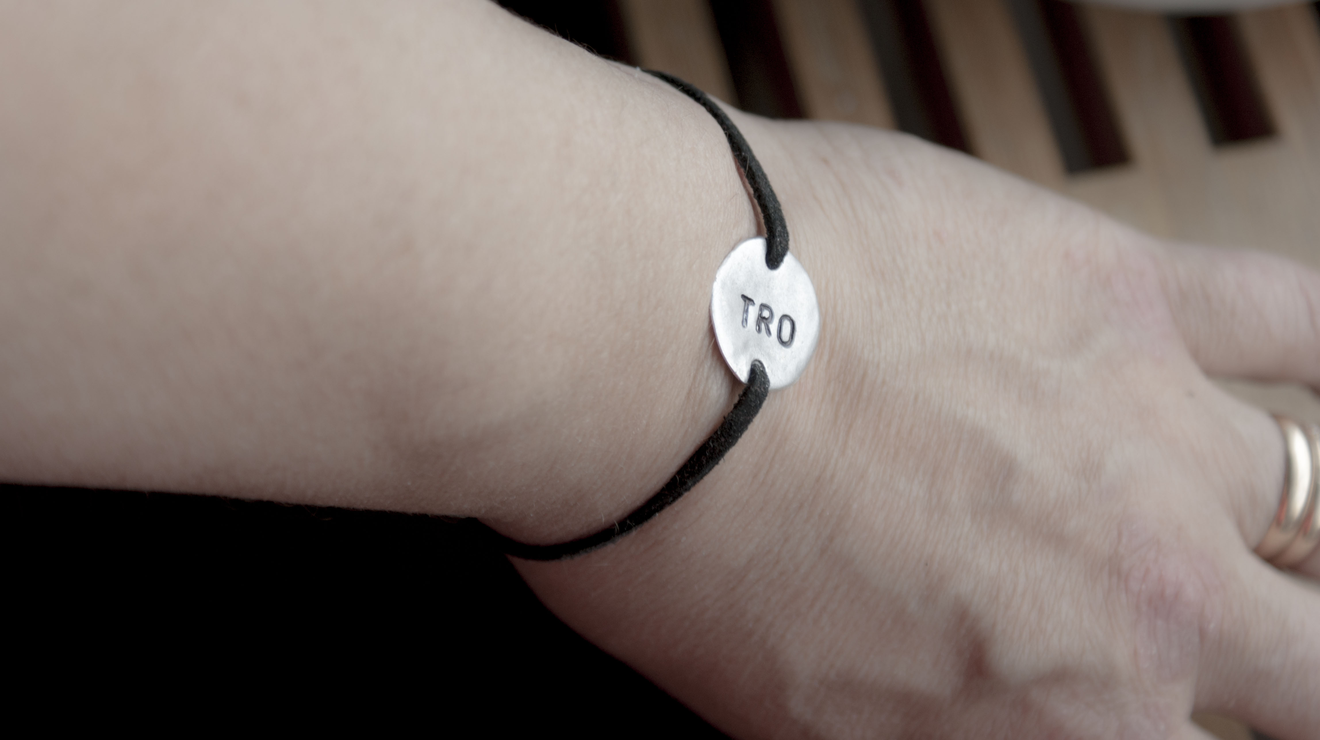 Klicka för större bild. Artikelnummer  A296. Ett armband av silverpläterad  metall med stansad ... 77d3608e0b59c